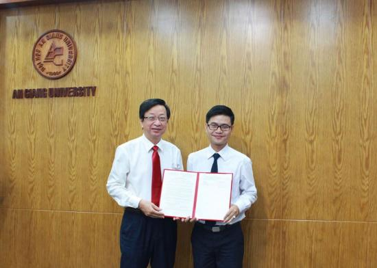 Assoc. Prof. Dr. Vo Van Thang presented the Decision of Appointment of Associate Professor title to Dr. Nguyen Trung Thanh