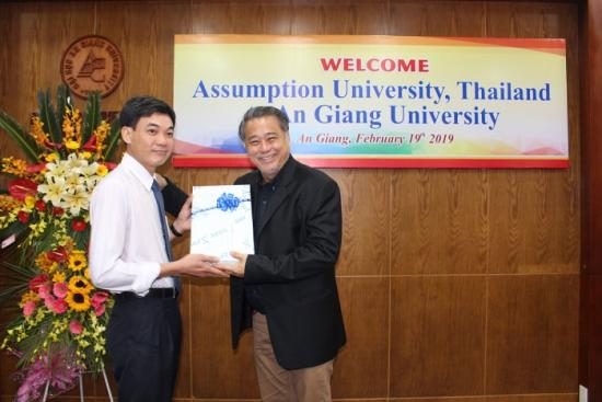 Vice President Tran Van Dat presented souvenirs to lecturers of Assumption University
