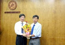 Assoc. Prof. Dr. Vo Van Thang congratulated Dr. Phan Truong Khanh
