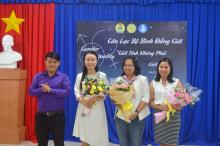 Mr. Tran Trung Quoc - Deputy Secretary of the Youth Union, President of the Student Union offering flowers to Board of Management of GEC