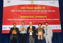 Assoc. Prof. Dr. Vo Van Thang presented the gifts to the keynote speakers