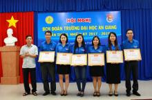 Mr. Nguyen Thanh Hai presenting the Certificates of Recognition of the An Giang Provincial Youth Union to Faculties' Youth Unions with excellent performances